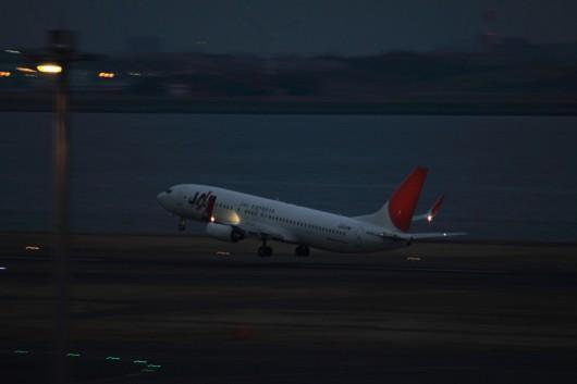 離陸するJAL B737-800