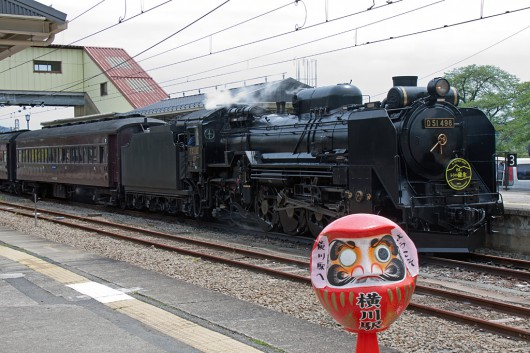 横川駅で高崎名物の「だるま」とD51のツーショット