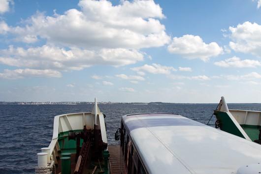 車両甲板満載で船首の扉が完全に閉まらない状態で出港(笑)