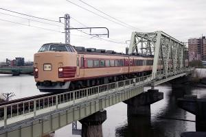 新金線を走る団体臨時列車