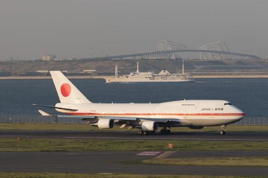 東海汽船と東京湾ゲートブリッジをバックに離陸