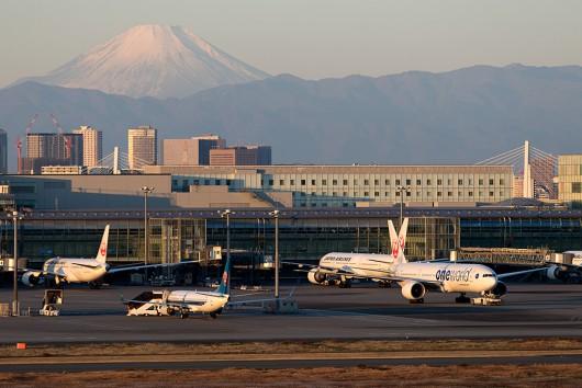 富士山バックに国際線ターミナルを 2016.1.1 7:10撮影