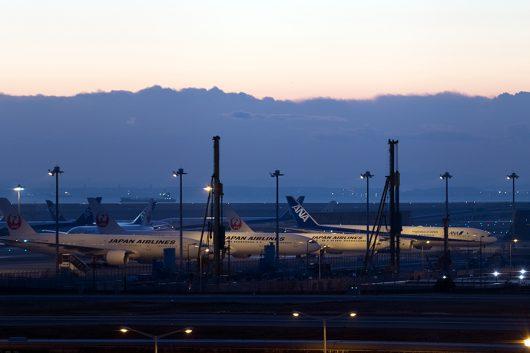 日の出前の羽田空港