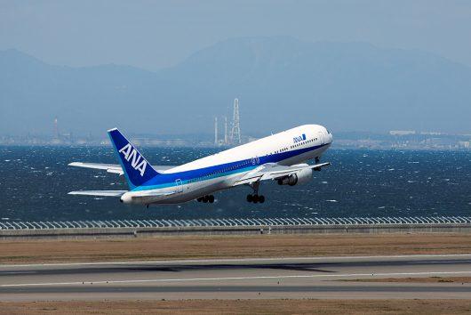 中部空港を離陸するANAのB767