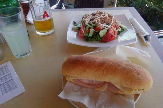 サンドイッチで昼食です。