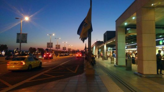 ようやく明るくなって来たアテネ空港
