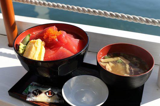 マグロ丼てんこ盛り(大盛りで1200円)