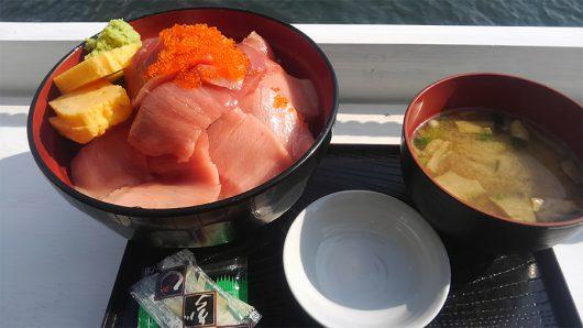 「マグロ丼てんこ盛り」(1200円)大盛