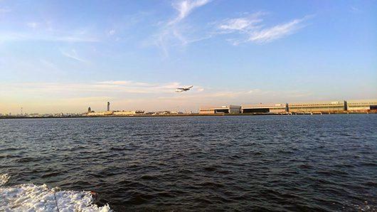 多摩川から羽田空港を見る