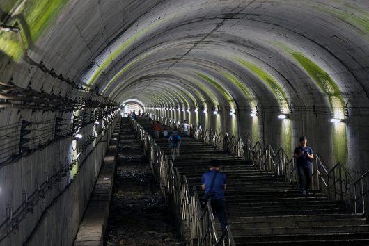 土合駅のホームから続く階段