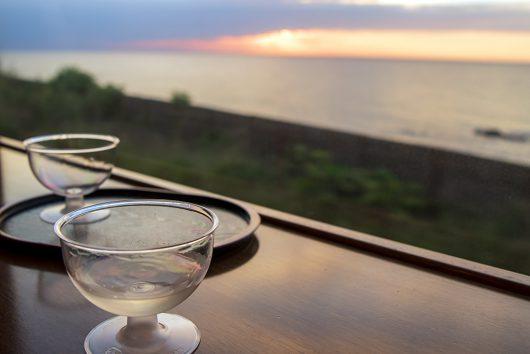 日本海を眺めながら日本酒