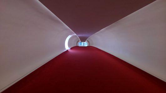 赤い絨毯が近未来的な通路を歩きます