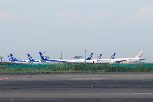 羽田空港で再び飛べる日を待つ飛行機達